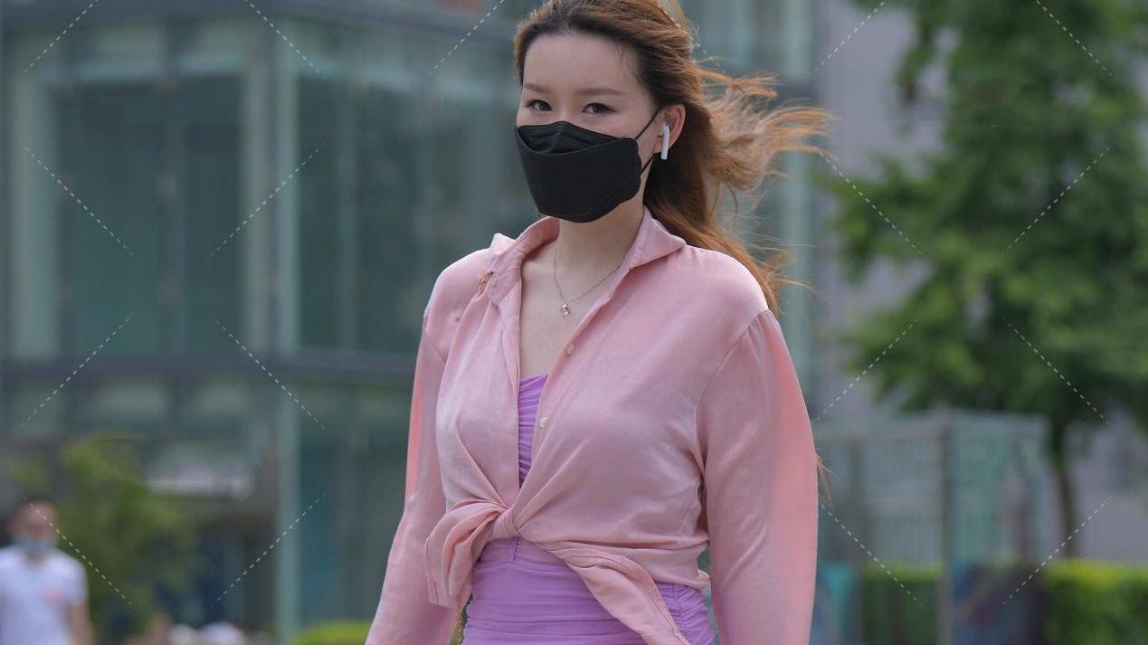 淡紫色修身连衣裙,尽显温柔气息,外搭粉色开衫,凸显少女感