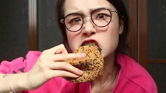 """龙虾是塑料的,生姜是面包做的模型,现今就连大胃王都""""作假""""?"""