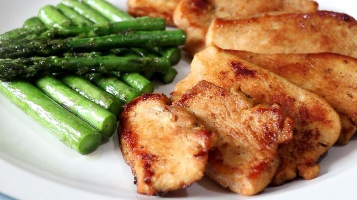 鸡胸肉这样做太美味,搭配柠檬和芦笋,营养又解馋,孩子特爱吃