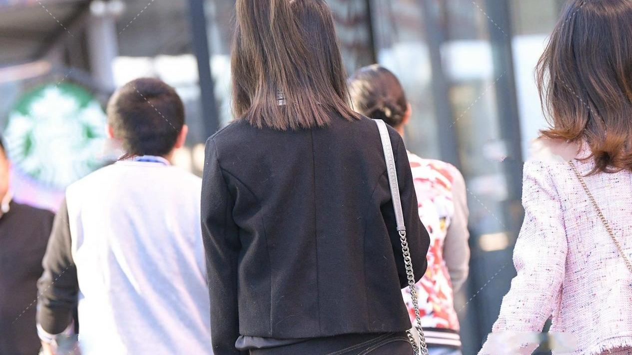 黑色短外套,搭配修身牛仔裤,显高又显瘦