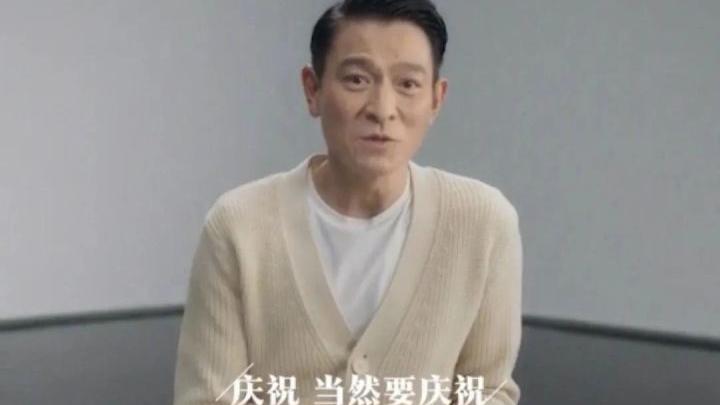 刘德华出道40年还是这么帅,明星不会得老花眼吗?