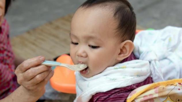 """三段奶粉是""""鸡肋""""?宝妈不要跟风,从辅食添加判断娃是否需要"""