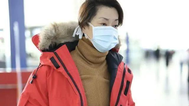 57岁毛阿敏真是穿搭高手,红色羽绒服配瑜伽裤,雪地靴洋气减龄