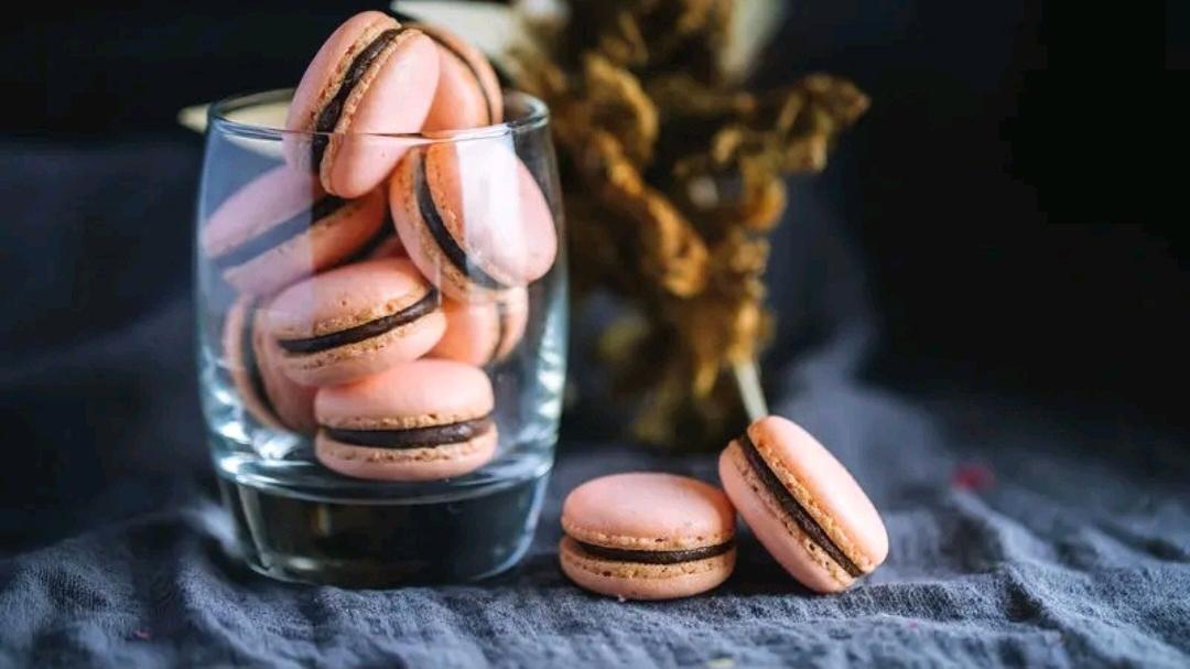 """自制""""草莓马卡龙"""",像一种恋爱时的味道?女孩子的专属甜品美食"""