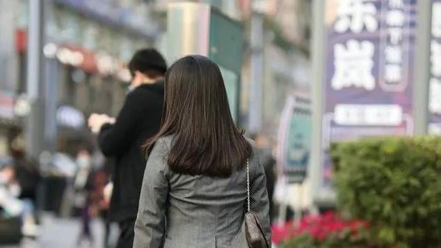 职场女性穿出了霸气十足的质感,西装配高跟鞋,令人心生爱慕