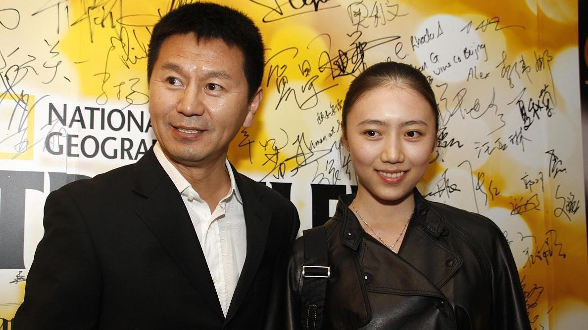 吴若甫小22岁的妻子挺清纯,黑色皮衣都不显老,轻熟风驾驭自如