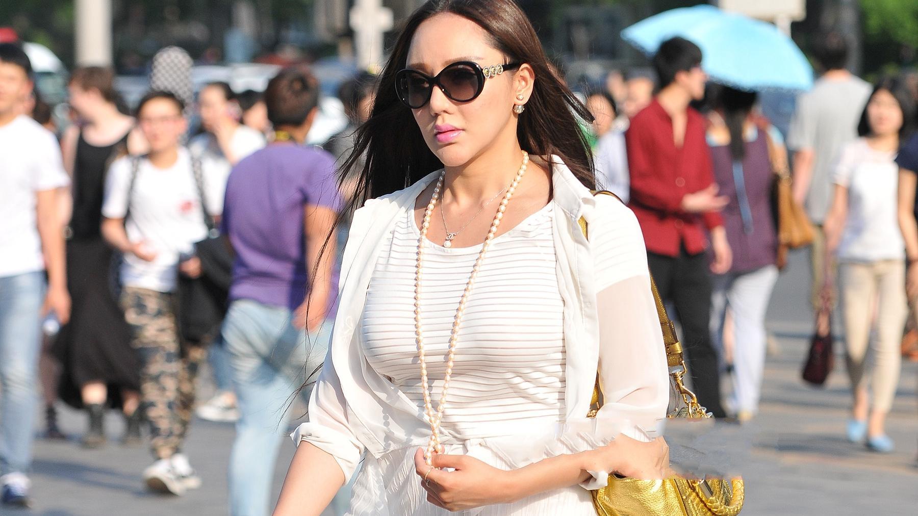 白色裙装三件套搭配柠檬黄背包,尽显大气女神风采