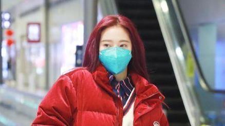 火箭少女紫宁现身机场,穿红色棉衣有年味