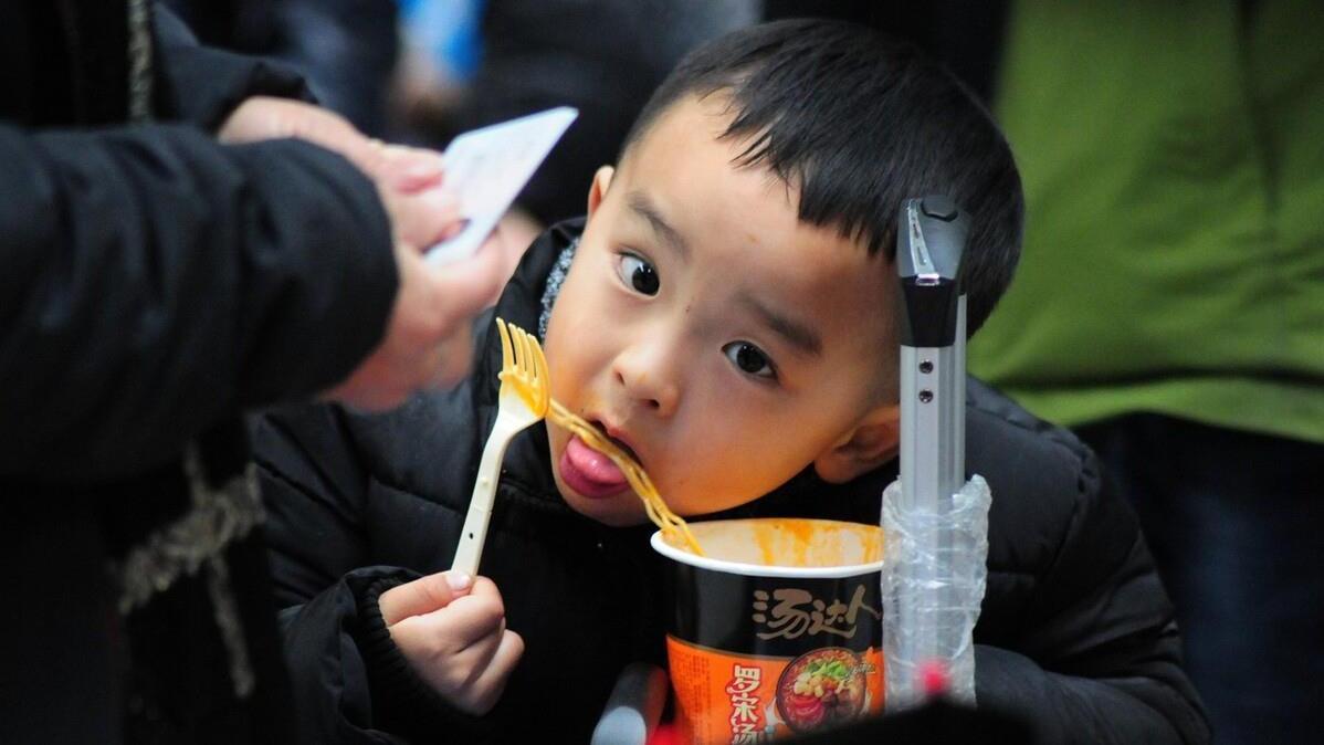 年轻人坐火车时,为何宁愿吃泡面,也不愿去吃现炒的快餐?