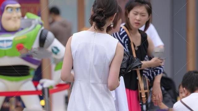 无袖圆领连衣裙,配上珍珠手链高贵无比,配上红色手表显得很时髦