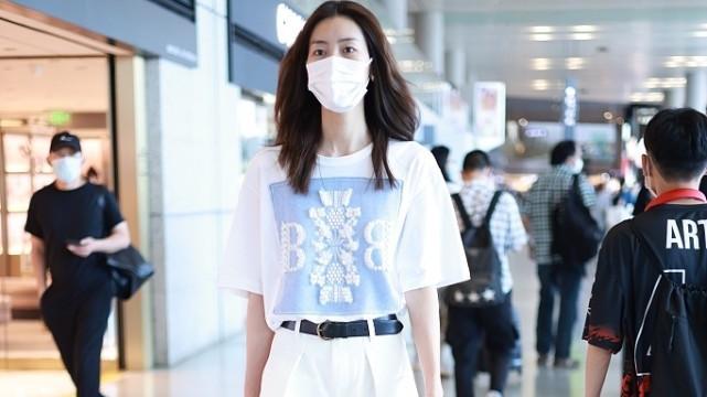 刘雯自带超模时髦感,穿朴素T恤配西裤,三七比例让气质更高级
