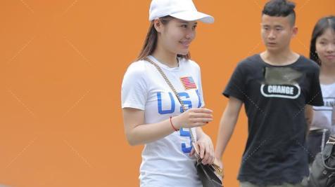 白色鸭舌帽和白色中长款T恤搭配在一起,秒变时尚达人