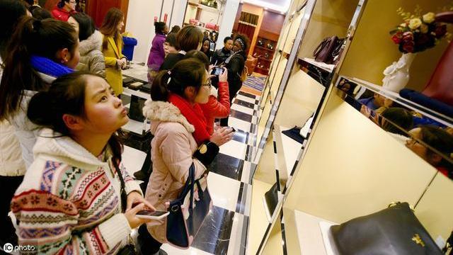 广州皮具包包物美价廉打入欧美市场?专家:专柜都难以鉴定!