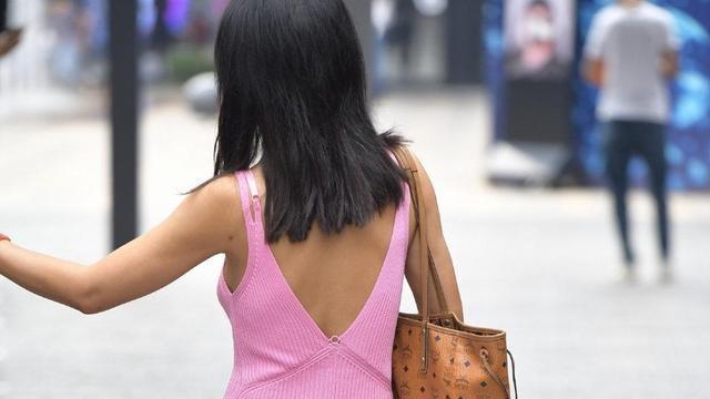白衬衣和裙子,独特的后背设计,散发着时尚气息