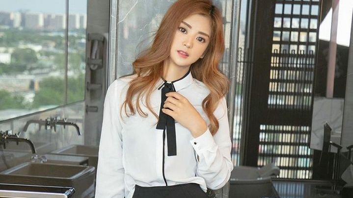 干净利落的OL制服女孩,黑色丝袜vs肉色丝袜的区别你更喜欢哪款?