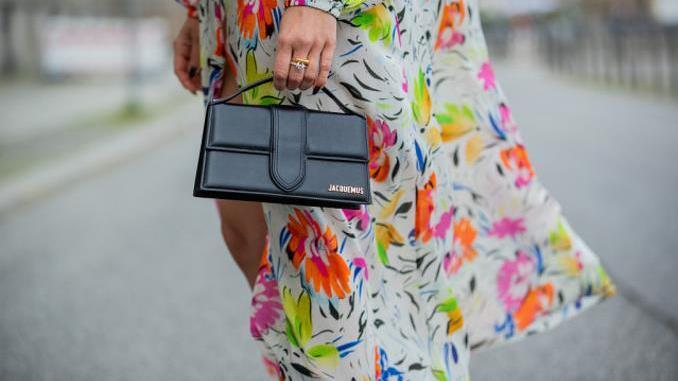 """凹造型能没有""""包包""""?今夏手提包火了, 小小包身魅力无穷"""