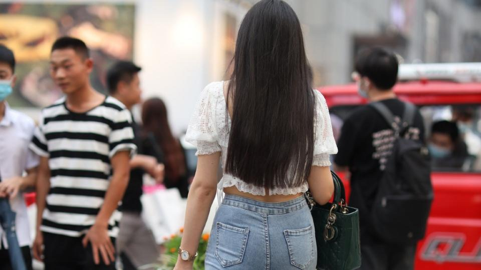 当修身牛仔裤,配上蕾丝短袖衫,穿出美的背影,简单大方又时髦