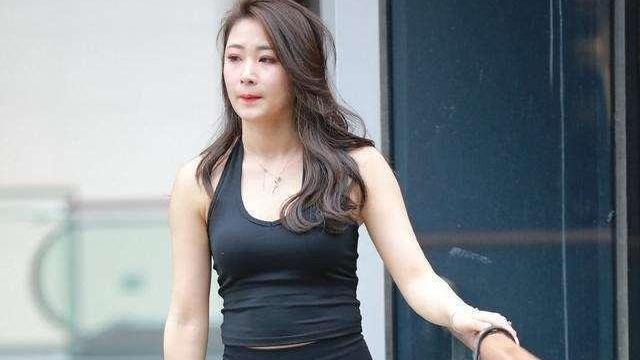 黑色圆领背心搭配黑色打底裤,黑色系穿搭,看起来成熟又稳重