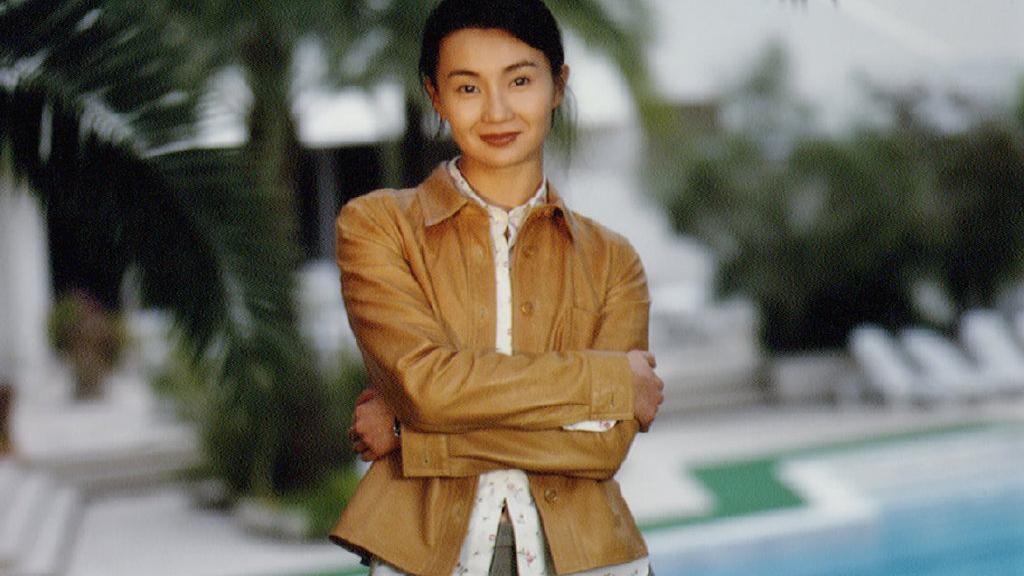25年前的张曼玉,卡其色皮衣搭灰色长裤,高级感横跨两个世纪