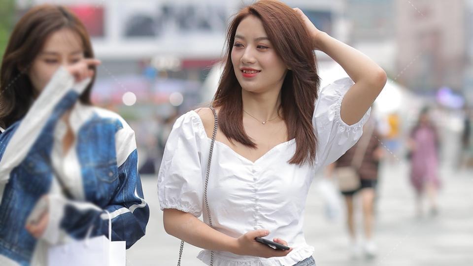 清雅的穿搭,白色泡泡袖衫配破洞牛仔裤,个性清新又恬静
