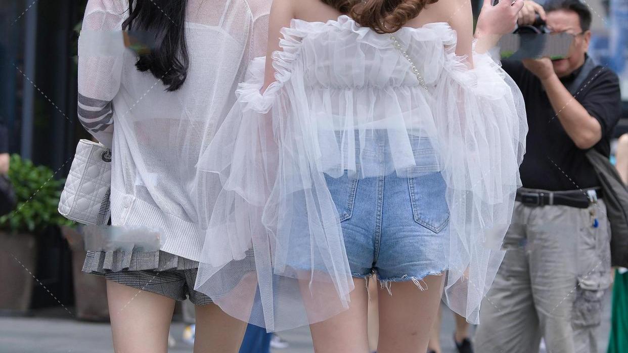 轻盈的白纱裙配破洞牛仔裤,仙气飘飘的小仙女穿搭起来