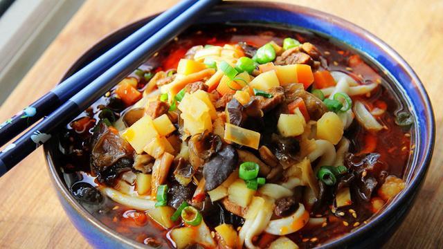 陕西特色臊子面,浇上酸汤,拌上肉臊子,吃完干活倍有劲