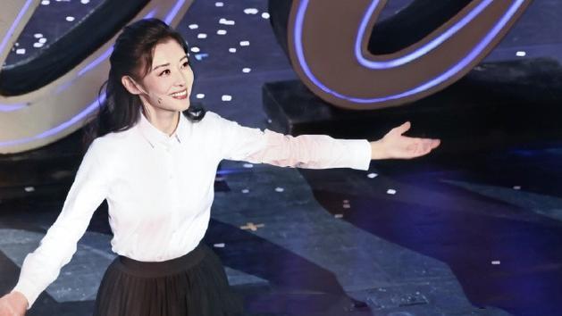 53岁周涛秀出自己的穿搭,身穿小白裙+领带,宛如清纯学生妹