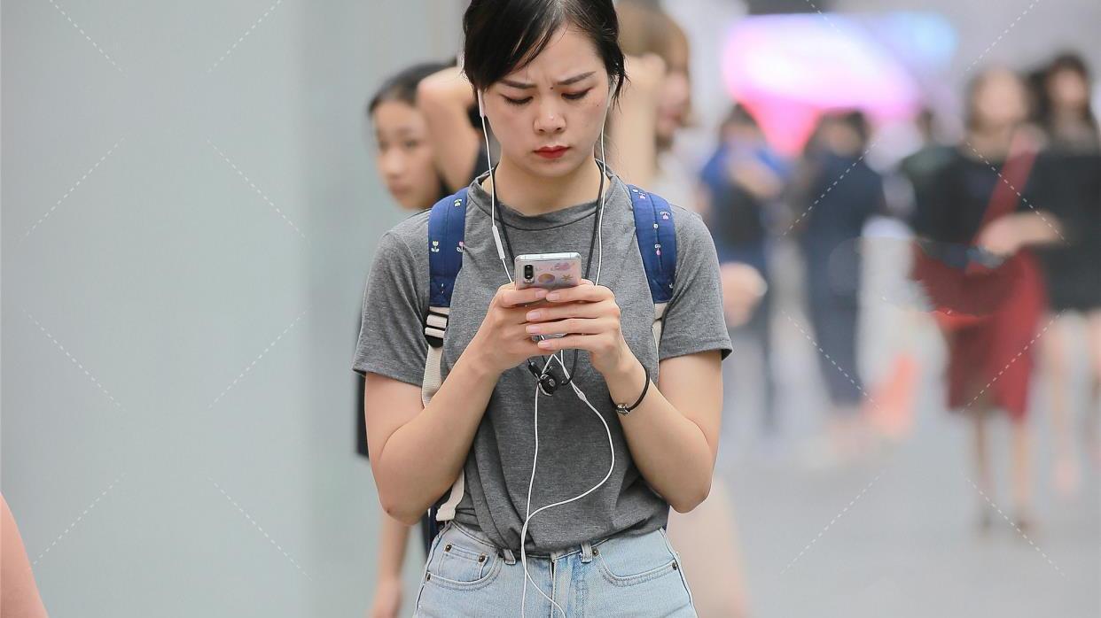灰色圆领T恤短袖设计,纯棉材质宽松版型,搭一双小白鞋非常青春