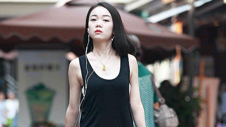 长一点的黑色T恤,既方便又时尚休闲,非常简约的穿搭