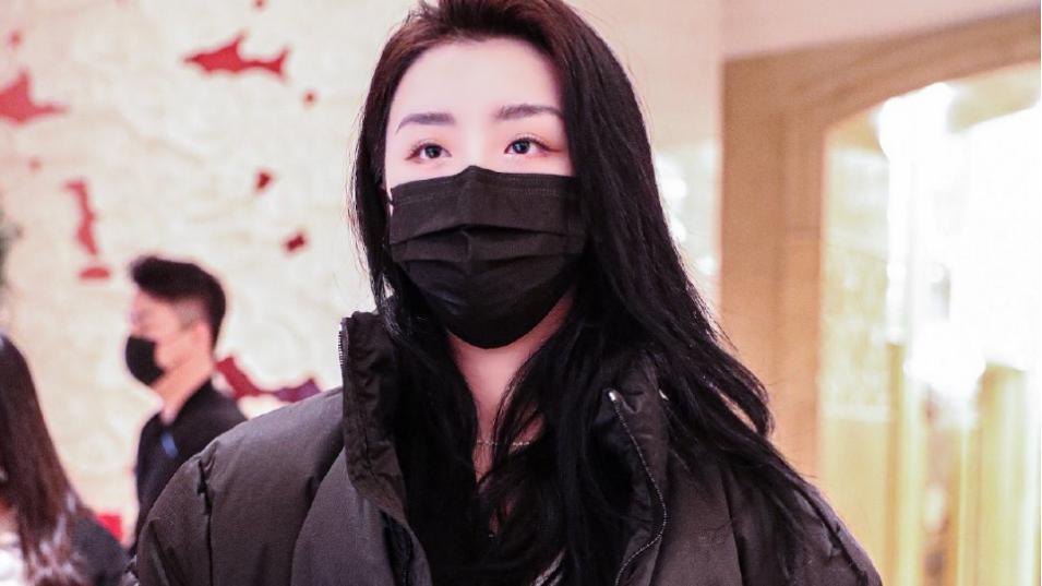 终于有怕冷的女明星了!赵晓棠穿大棉衣叠穿夹克,看着就保暖