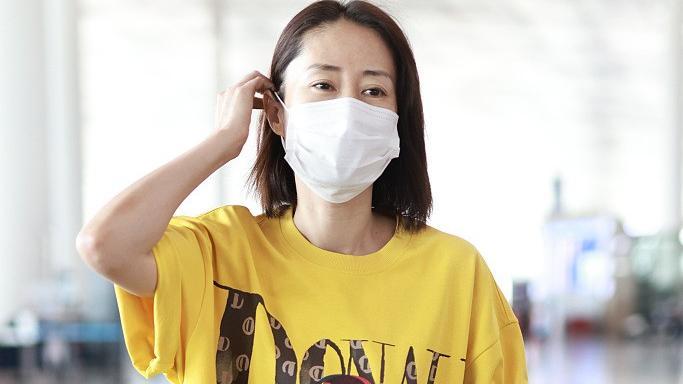 刘敏涛扮嫩真有一套,45岁穿宽松卡通T恤,气质休闲好像大学生