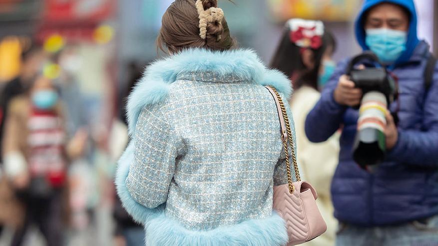 紧身牛仔裤搭配高筒靴,再加一件皮毛外套,保暖显身材还有时尚感