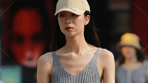 白无袖t恤配浅蓝带孔长裙,清新自然,时尚大气