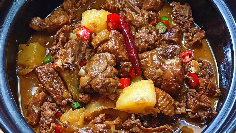 国庆节教你做一个土豆焖鸭肉,成菜味道香而不腻,不错的下酒菜