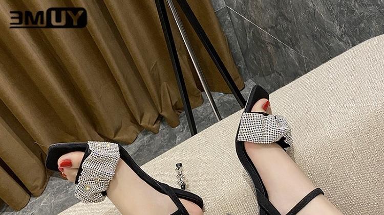 性感女神显瘦必备,一字带高跟凉鞋少不了