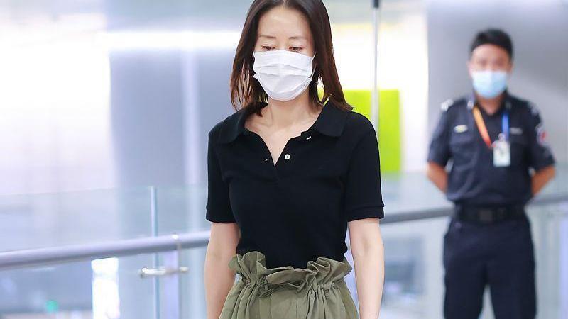 酷飒风女孩学学刘敏涛的穿搭,肥大的工装裤配紧身衣,更显气场了