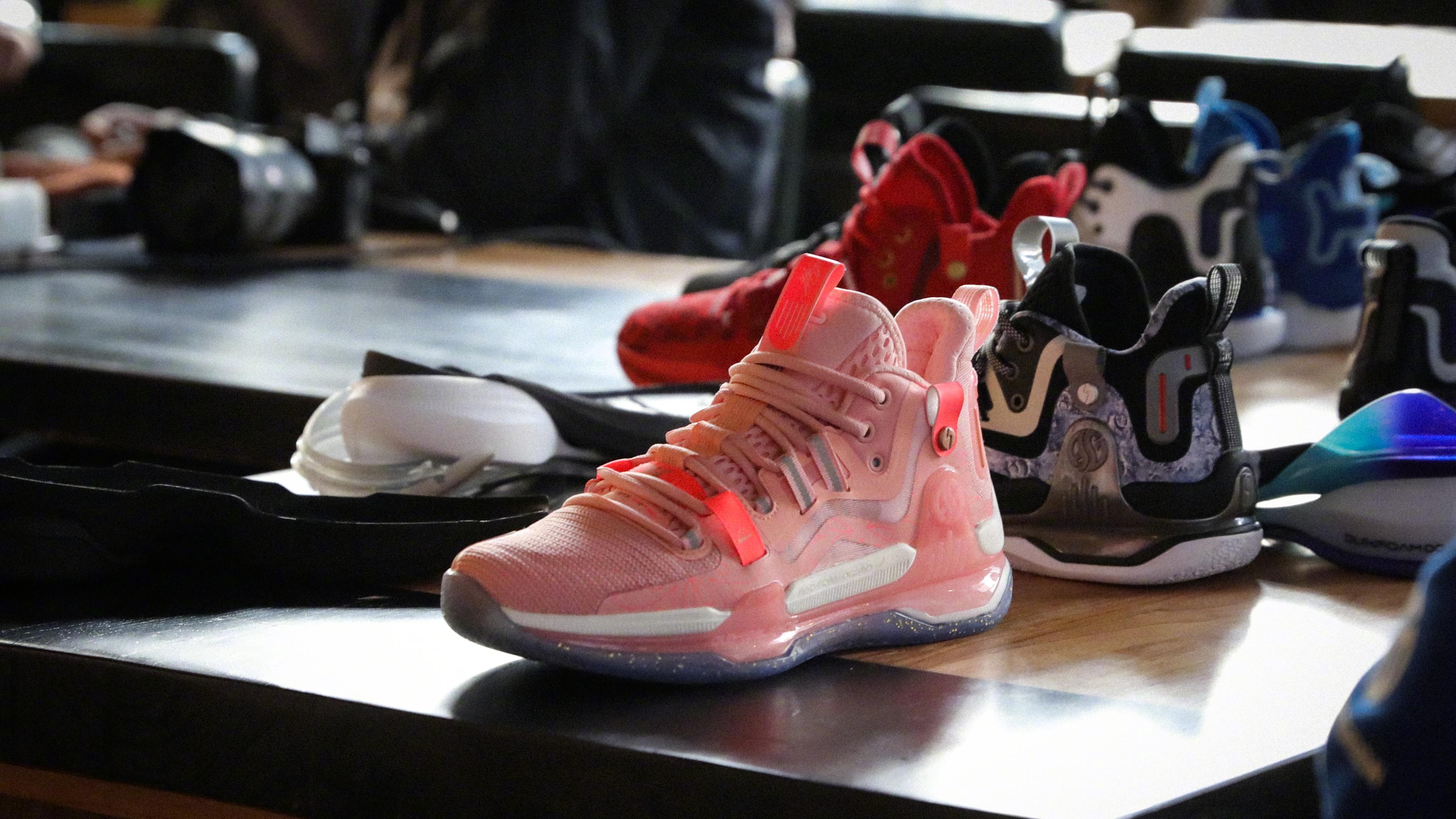阿迪VS国产!戈登1多配色曝光,阿迪低帮篮球鞋新款发售,2款你中意谁?