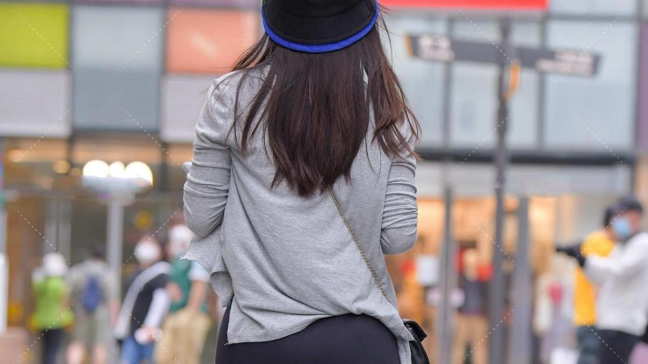 灰色两件套套装,搭配黑色健美裤,简单大方,勾勒身材美感