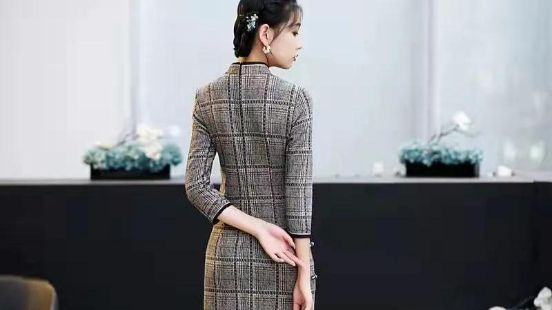 现代改良版毛呢旗袍,寄托秋日的多情,做男性心目中的理想女性。