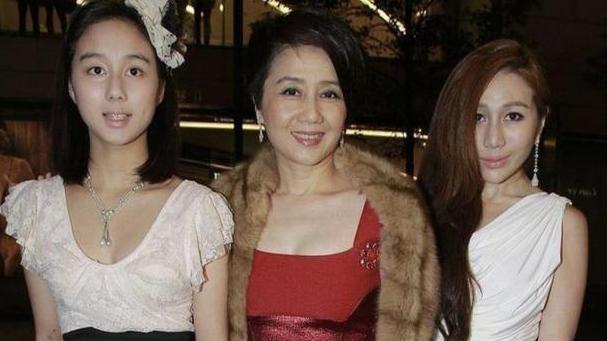 赌王四太越老越时髦,红裙叠穿红裤优雅高级,肩披皮草贵妇范十足