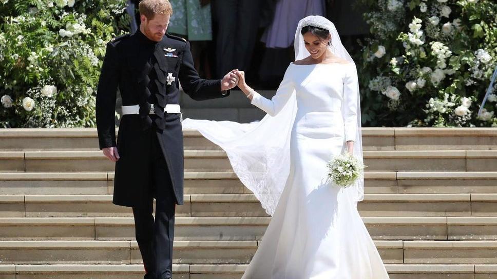 戴妃30岁侄女和62岁老公浪漫婚礼!穿蕾丝宫廷婚纱比梅根凯特都美