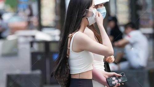 白色短款上衣搭配黑色打底裤,运动又休闲,自信散发光芒