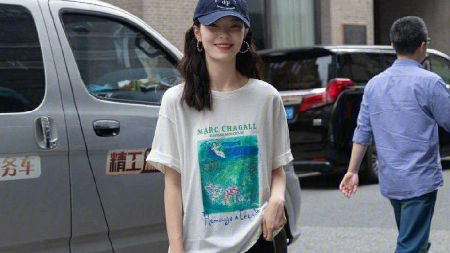 简约又显嫩的长款T恤穿搭,清爽随意不失时尚,今夏流行这样穿