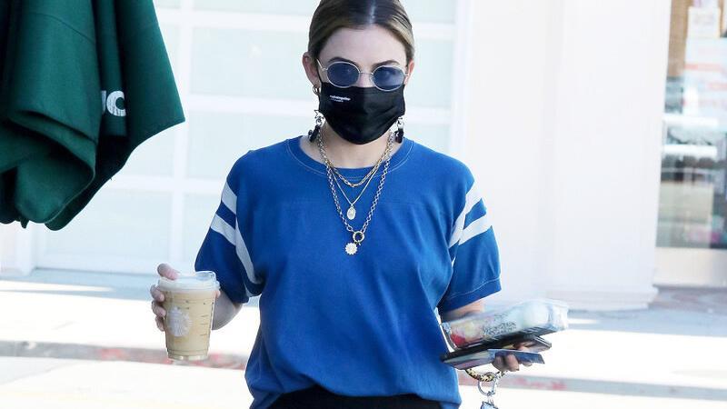 蓝色T恤怎么穿?搭配灰色运动裤还不错,清爽舒适又时尚
