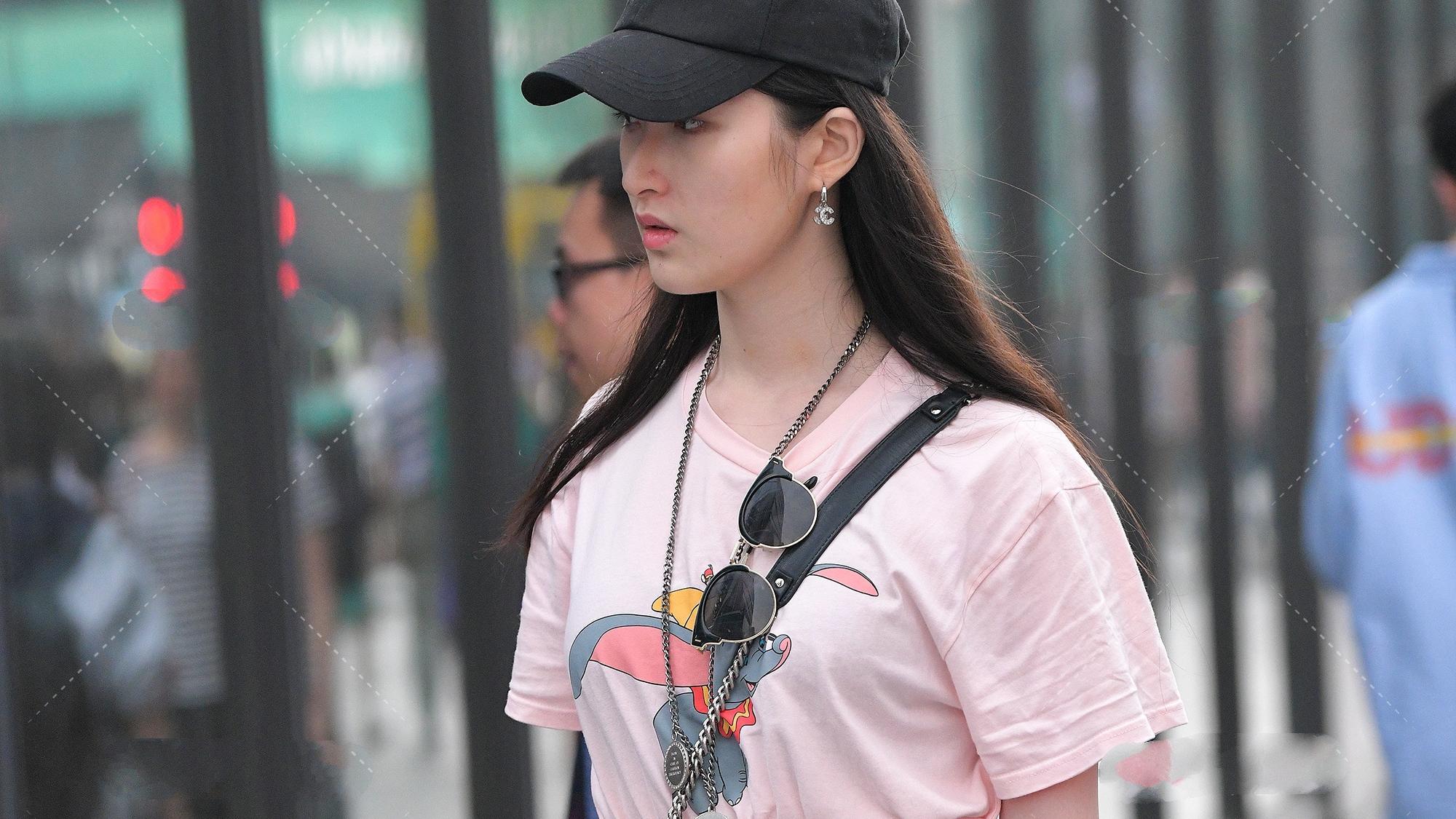 粉色小飞象T恤搭配灰色高腰裤,简约低调,时尚可爱少女装