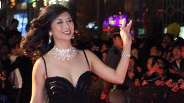 吴家丽把丰满身材穿出高级感,吊带裙配钻石项链,尽显成熟味道