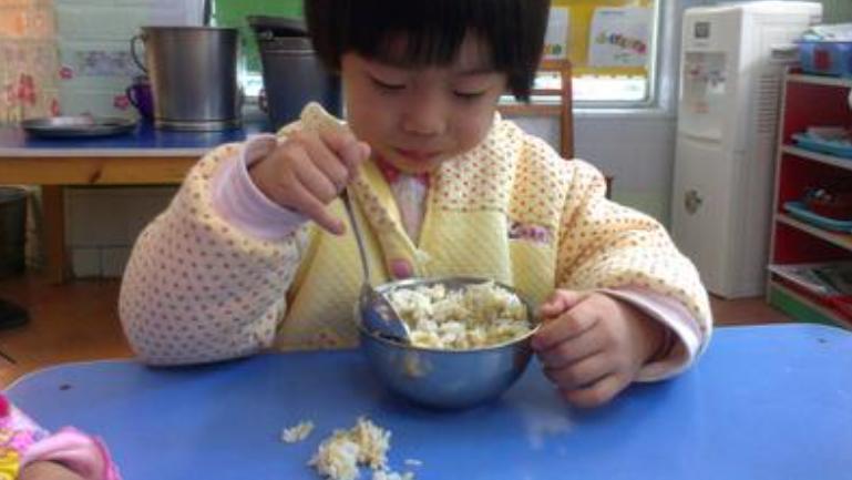 女儿总说幼儿园饭菜好吃,妈妈不信去试菜,吃了一口吐在地上