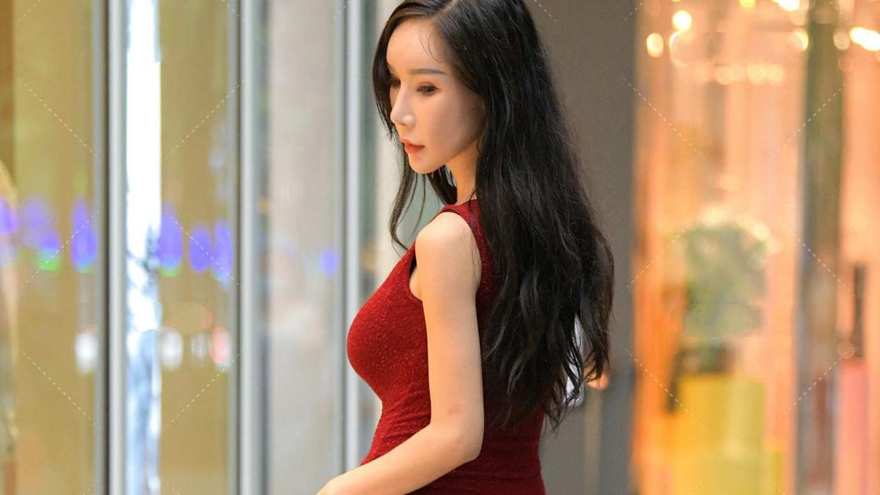 红色晚礼服连衣裙,配上金色的手拿包,气质高贵典雅