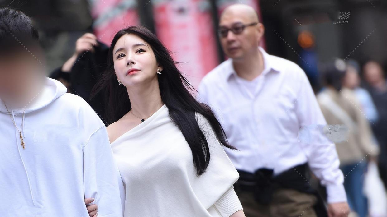 白色斜肩宽松毛衣,斜肩设计让裸肩白皙性感