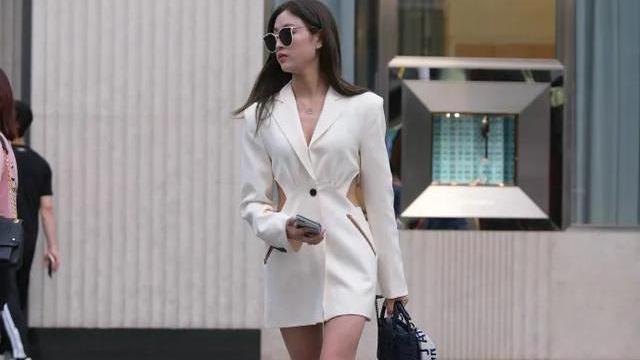 白色镂空西装连衣裙,搭配浅色淑女款高跟鞋,穿出非比寻常的美